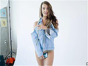 fortunate chap shags a model's vagina in his intimate studio