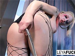 Leya Falcon uses the bathtub bathroom head on her booty