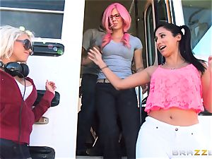 crazy hitchhiker Marsha May boinking super-steamy bus driver