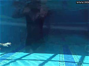Tiffany Tatum peels off naked underwater